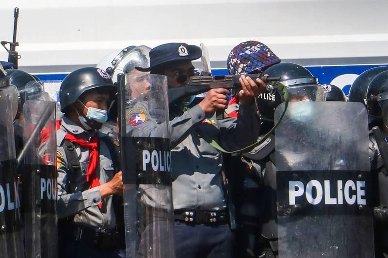 緬甸警方9日發射水砲、橡皮子彈鎮壓示威者,美國和聯合國「嚴厲譴責」鎮壓行動,歐盟則計畫對緬甸軍方實施制裁。(法新社)