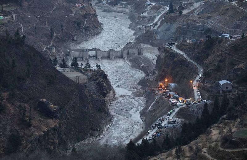 印度喜馬拉雅山畔的北阿坎德邦山洪爆發,受害民眾難以估計,至今已經發現32具罹難者遺體,不過至少還有197人失蹤。(歐新社)
