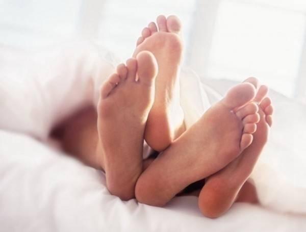 女網友在完事後,從男友那收到一張「性愛證書」,上頭寫著,「一生中最好的性愛」。(情境照)