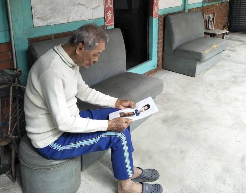 麻豆警分局鍥而不捨追查,終於讓90多歲的黃姓阿公找到失散30餘年的兒子,過年前夕團圓重逢。(麻豆警分局提供)