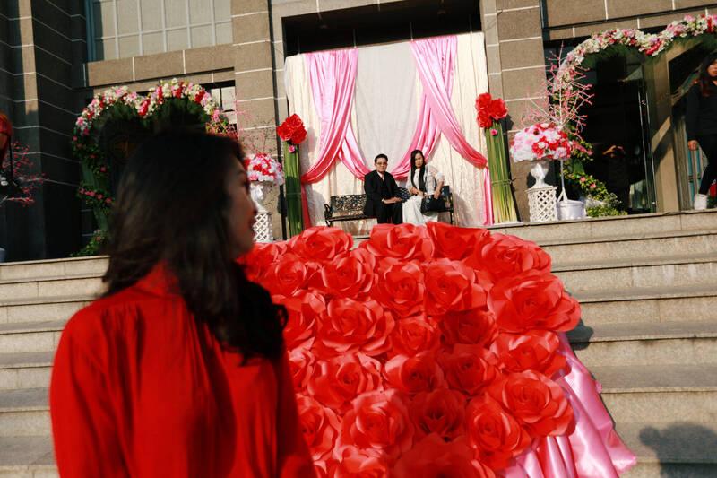 今年2月14日情人節當天,首都曼谷市50個行政區不受理結婚登記。圖為2018年,泰國情侶在情人節登記結婚。(路透)