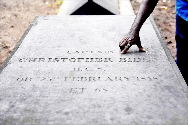印度清奈圣乔治教堂人员指出克里斯多福.拜登的坟墓。(法新社)(photo:LTN)