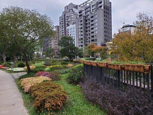 大安森林公園捷運2號出口結合多樣色彩、質感的開花及香草植物,展現「英式庭園」。(公園處提供)