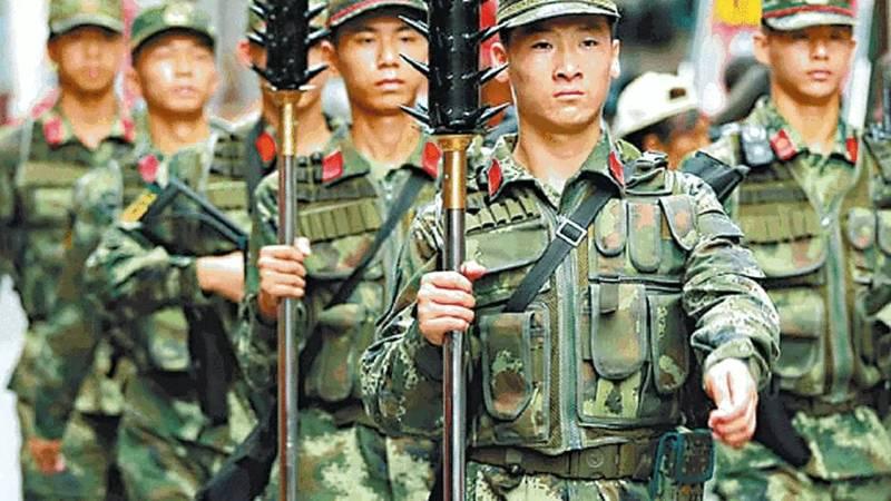 新华社2016年即曾图文报导,中国武警打击犯罪的「利器」,包括狼牙棒。(翻摄自微博)(photo:LTN)