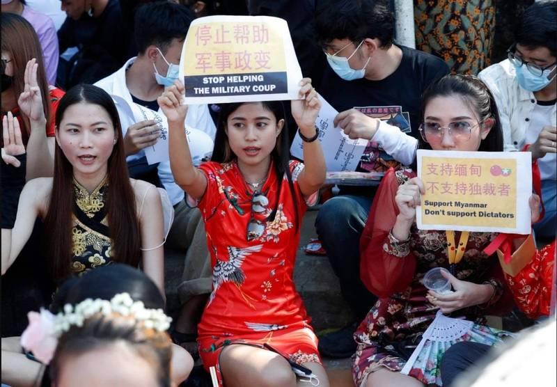 缅甸人11日在仰光的中国大使馆外示威,批评中国未谴责缅甸军事政变。(欧新社)(photo:LTN)