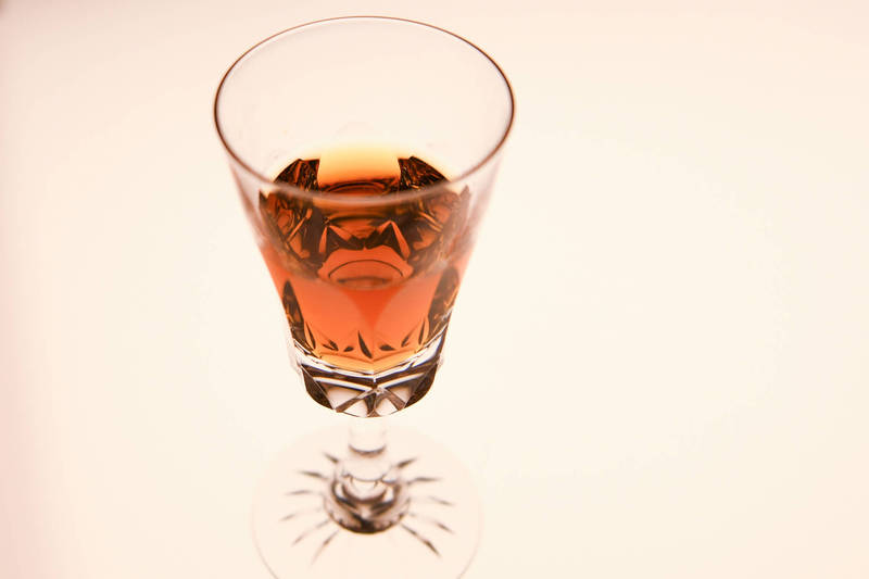 南韩食品医药品安全处去年12月24日曾发佈的一项调查结果显示,旷日持久的疫情催生了「居家饮酒」和「独自饮酒」两种新饮酒模式。南韩威士忌、烧酒皆因而呈现出低度化的趋势。(饮酒过量,有害健康,禁止酒驾)(彭博)(photo:LTN)