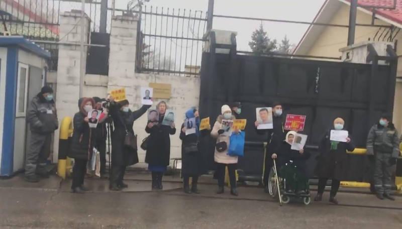 哈萨克人权领袖赛尔克坚指出,9日有至少8人带着在新疆遭到关押亲人的照片,前往中国驻阿拉木图总领馆前抗议。(中央社)(photo:LTN)