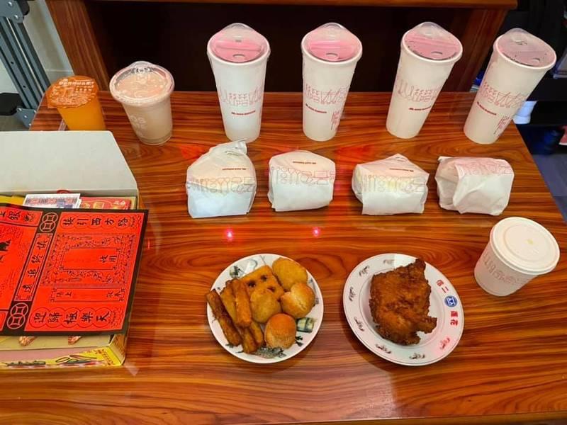 一名女網友PO出一張供桌上整齊排好「摩斯漢堡」餐點的照片,引發網友熱議。(圖擷取自爆怨公社)