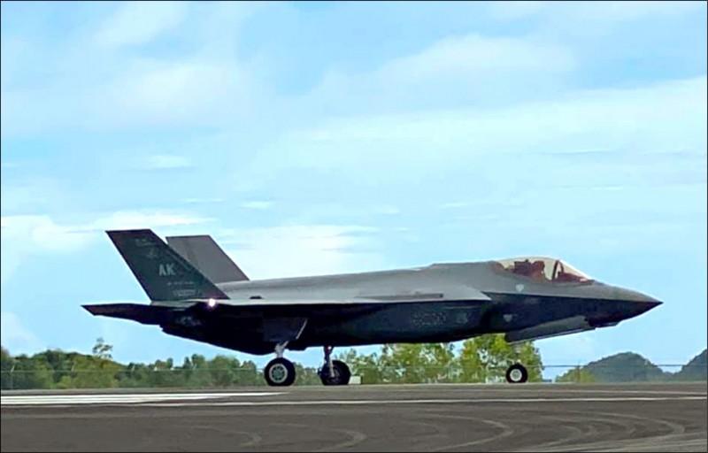 F-35A战机首度部署美军关岛安德森空军基地,并首度降落我国友邦帛琉。帛琉总统惠恕仁(Surangel Whipps Jr.)七日还在脸书贴出F-35A的照片。(翻摄自脸书)(photo:LTN)