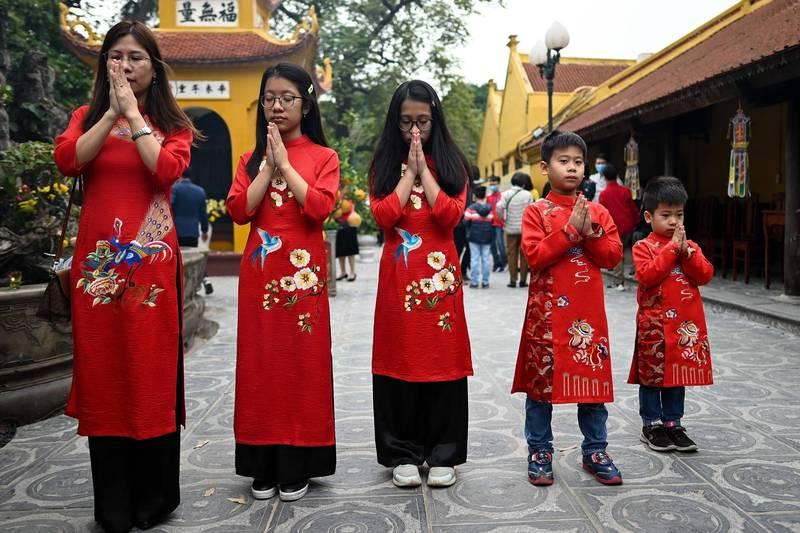 越南也过农历新年,图为胡志明市居民12日喜迎新年。(法新社)(photo:LTN)