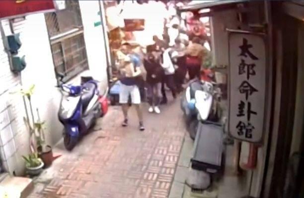 三峽秀川街豬血糕攤突冒火球,造成5人受傷。(擷取自警方提供影片)