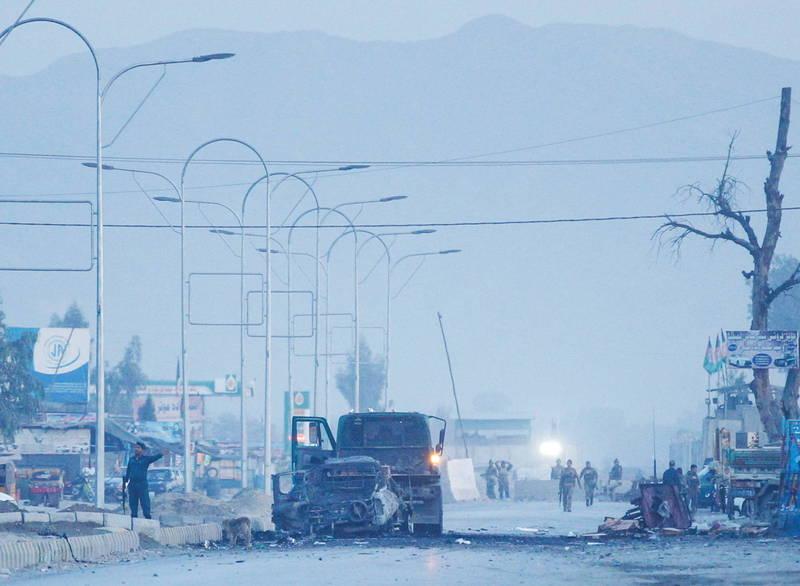 聯合國車隊11日在阿富汗首都喀布爾(Kabul)郊區遭不知名槍手襲擊,導致護送車隊的5名阿富汗安全部隊成員死亡,圖為阿富汗11日襲擊事件。(路透)