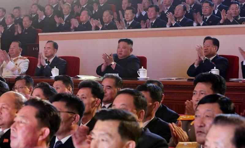 北韓最高領導人金正恩11日觀看農曆新年表演時,他完全不甩北韓去年才剛實施的《禁止菸草法》,直接在大庭廣眾下爽爽哈菸。(法新社)自由電子報關心您,吸菸有害健康