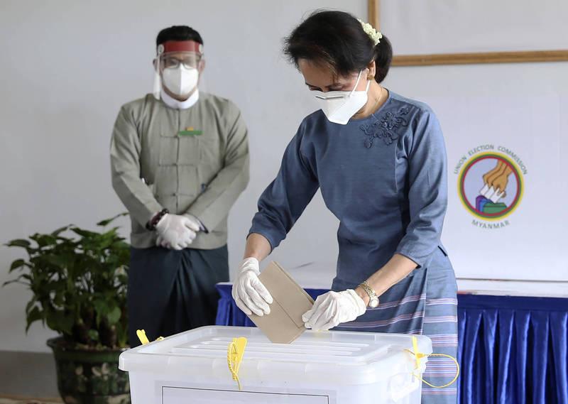 日前有緬甸的聯合選舉委員會高層控訴,軍政府擅自逮捕選舉委員,施壓要求證明去11月大選舞弊無效。圖為緬甸領導人翁山蘇姬,去年在聯合選舉委員會辦公室投票。(美聯社)