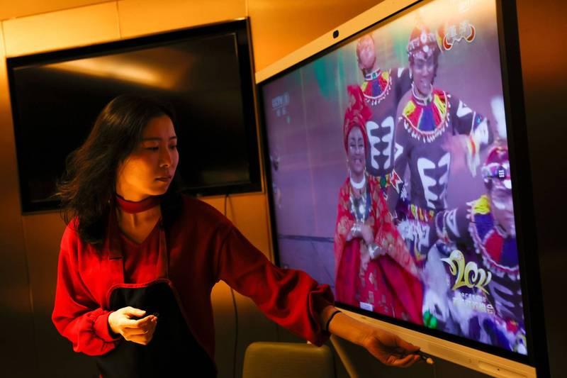中國官媒《央視》昨晚播出「春晚」第一個表演就讓演出者「塗黑臉」,穿著類似非洲原住民服飾。(路透)