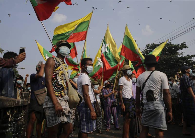 缅甸的抗议活动中,也有针对「拘捕」一事,要求军政府「停止绑架」选举委员。(图为缅甸仰光反对军政府政变的抗议活动现场)(美联社)(photo:LTN)