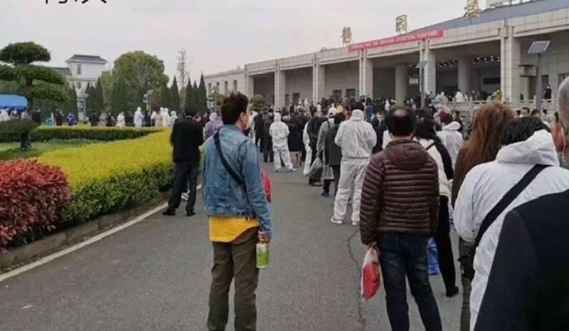 武汉去年3月底开放殡仪馆领骨灰,现场排满长长人龙。(翻摄自微博)(photo:LTN)