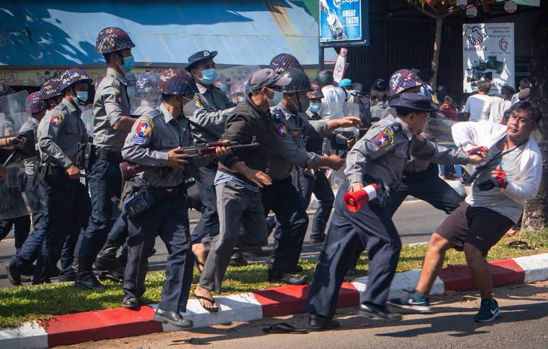 緬甸反軍方政變示威衝突不斷,美國國務院領事事務局12日晚間將旅遊警示提升至第4級,籲民眾「勿前往」。(歐新社)