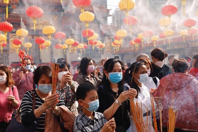 香港武漢肺炎疫情持續延燒,昨共新增24例確診,有18例本土病例,其中9例感染源不明,新增9棟大樓列入強制檢測名單,地區涵蓋尖沙咀、馬鞍山、元朗、九龍塘等地。(路透)