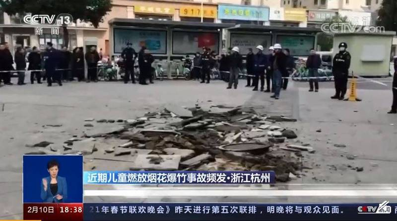 Two children in Hangzhou, Zhejiang Province threw firecrackers into the sewer, causing the road surface to collapse.  (The picture is taken from Weibo)