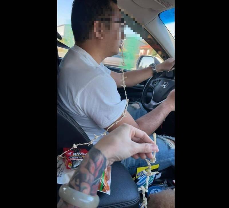 有人妻分享自己「超貼心服務」,替身兼駕駛的老公把鱈魚香絲綁在一起,只要動口便能一直吃,照片也讓許多網友大讚「回程就靠這招了」、「天啊~還有這樣招數厲害了」。(圖擷取自臉書社團「爆怨公社」)