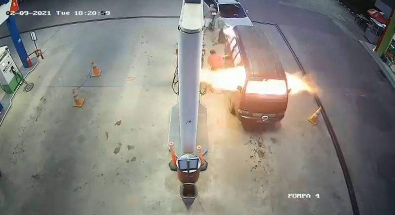 廂型車爆炸瞬間,車頭突然冒出一陣熊熊火焰。(圖擷自IG帳號dashcamindonesia)