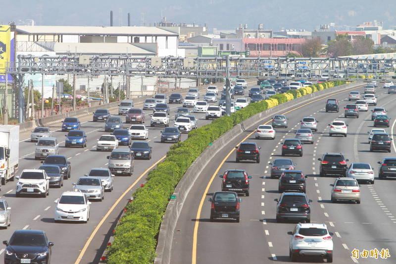 明天大年初三,國道車潮將是春節連續假期最大量,國1、國3、國5同步實施高乘載管制。圖為初二中部國道車潮。(記者劉曉欣攝)