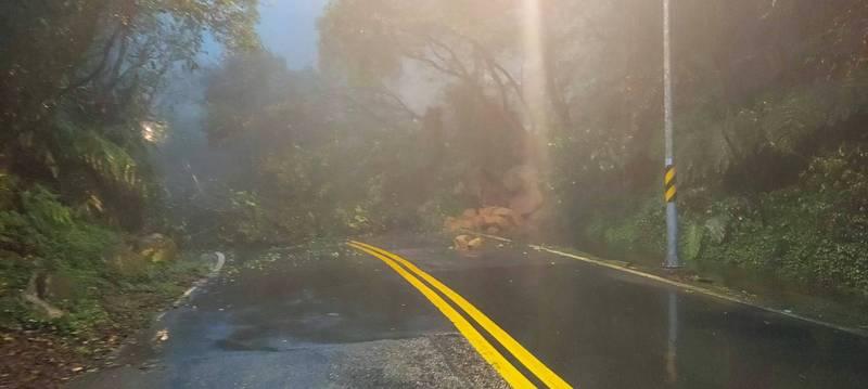 陽金公路台2甲線10.5公里處於今日凌晨發生土石坍方意外。(圖擷自北投波麗士臉書)