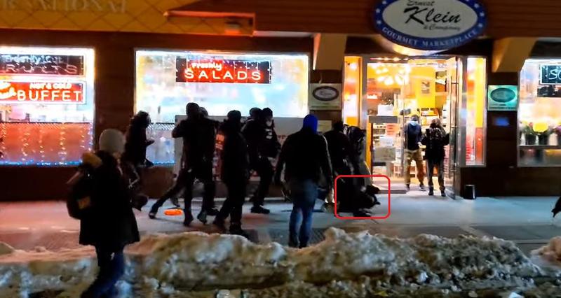 纽约每日新闻摄影记者科斯坦扎(红框处),惨遭BLM示威游行者误认成警察,推倒在地殴打。(图翻摄自FNTV官方YouTube)(photo:LTN)