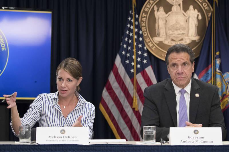 紐約州長辦公室不願公布外界索取的安養中心染疫死亡數據,州長古莫(右)的幕僚戴羅沙(左)為此向州議員道歉。(美聯社)