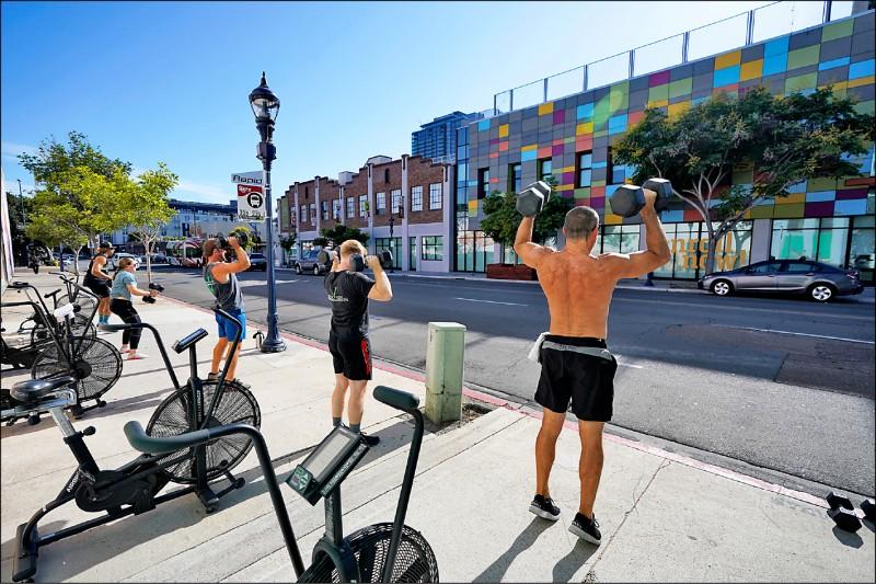 加州聖地牙哥的公共空間化身健身房。(美聯社檔案照)