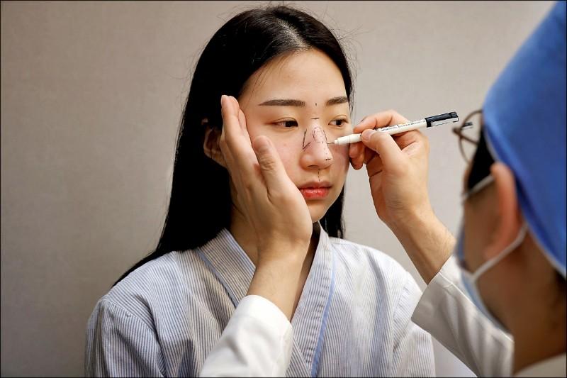 南韓大學生劉漢娜在疫情期間動鼻樑整形手術。(路透檔案照)