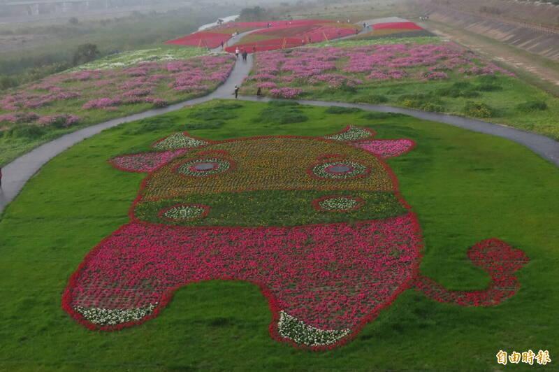 南投燈會景觀花海,以各種草花排列出「金牛迎春」牛年主題圖案。(記者張協昇攝)