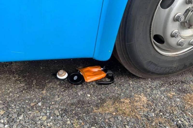 網友用遊覽車將商品給輾過壓扁。(圖取自臉書社團「爆怨公社」)