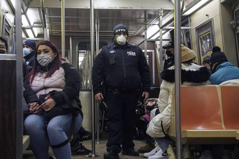美國紐約地鐵連續發生4起砍殺案釀成2死2傷,警方正在調查是否由同1人犯案。圖為命案發生後,紐約警局加派警力巡邏列車。(美聯社)