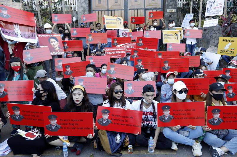 緬甸軍政府13日晚間宣布,暫停保護公民的3條法律,並下令追捕多名知名的社運人士。圖為美國駐緬甸大使館外的示威者。(歐新社)
