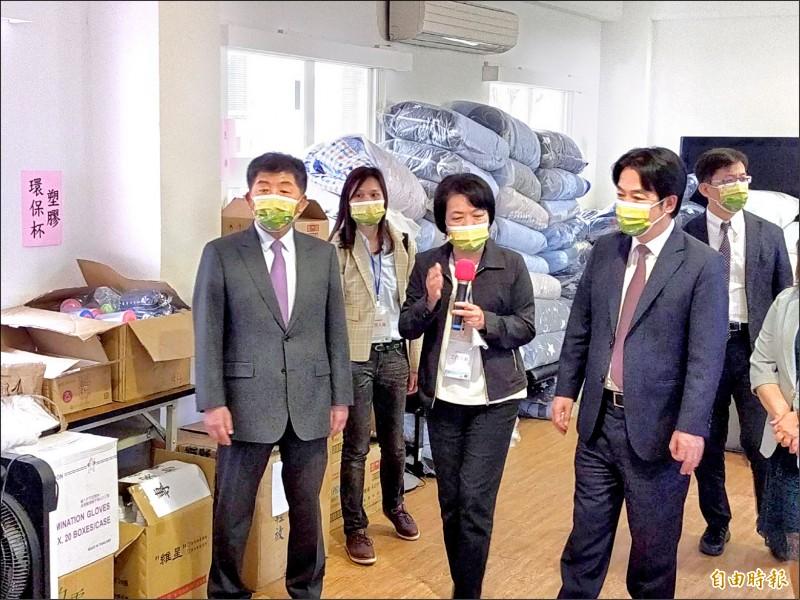 賴清德副總統(右二)與衛福部長陳時中(左)至台中,慰勉台中西屯檢疫所值勤人員。(記者張軒哲攝)