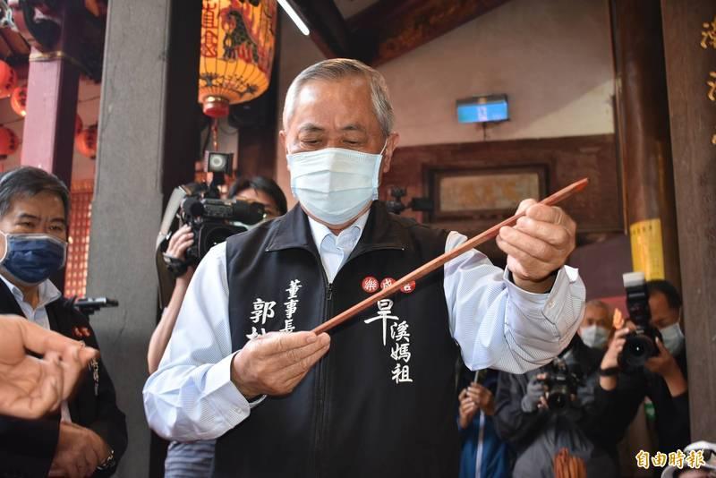 樂成宮董事長郭松益,依序抽出8支國運籤。(記者張瑞楨攝)