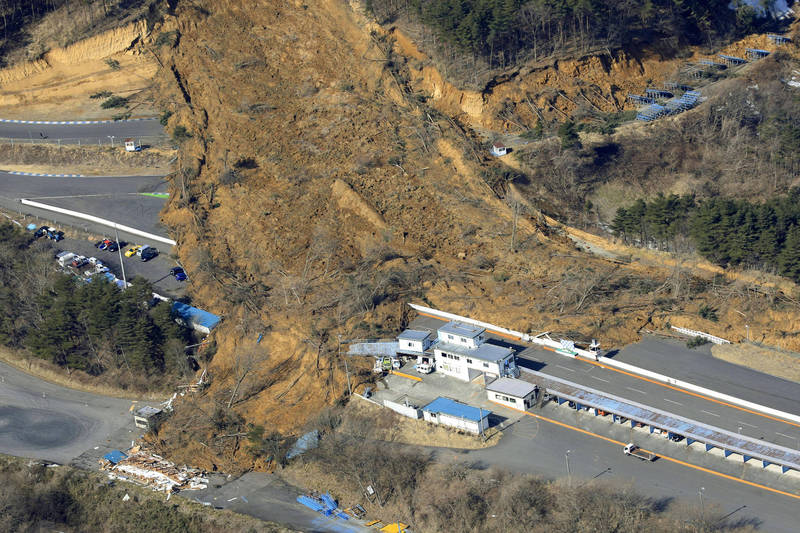 在大地震後,日本東北地區受到低壓影響,將出現警戒性風雨,恐引發進一步土石流問題。(美聯社)