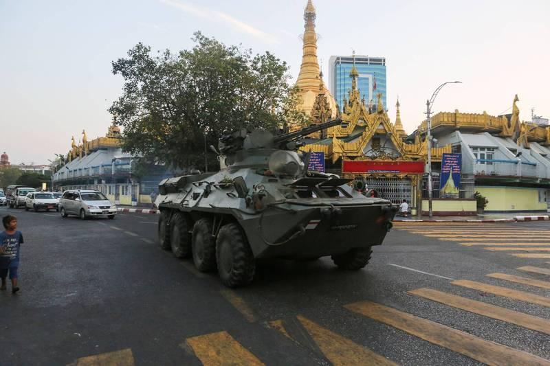 緬甸軍方14日首度在仰光部署裝甲車,西方各國譴責軍方針對示威民眾的行為,呼籲避免使用暴力。(路透)