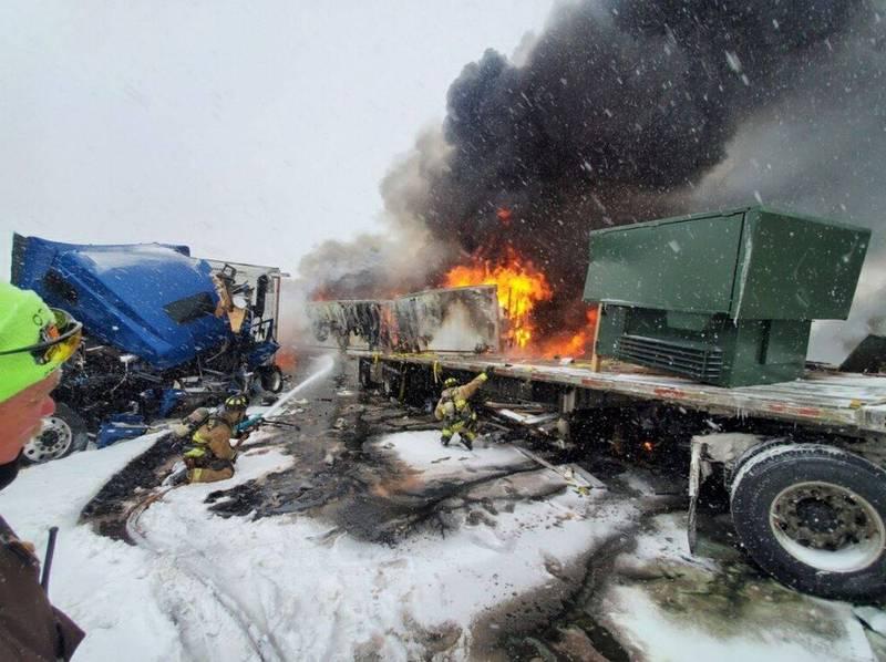 美国奥克拉荷马州高速公路惊传多辆卡车与轿车撞成一团,详细数量不明。(图撷自OK Highway Patrol/DPS推特)(photo:LTN)