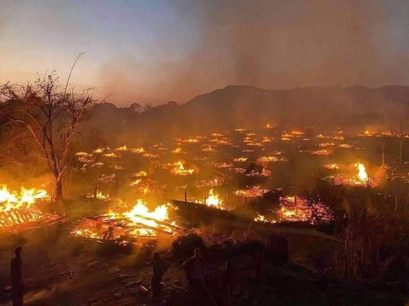 被稱為是「中國最後一個原始部落」的雲南翁丁村老寨,在昨發生大火,全村陷入一片火海,基本付之一炬。(圖擷自網路)