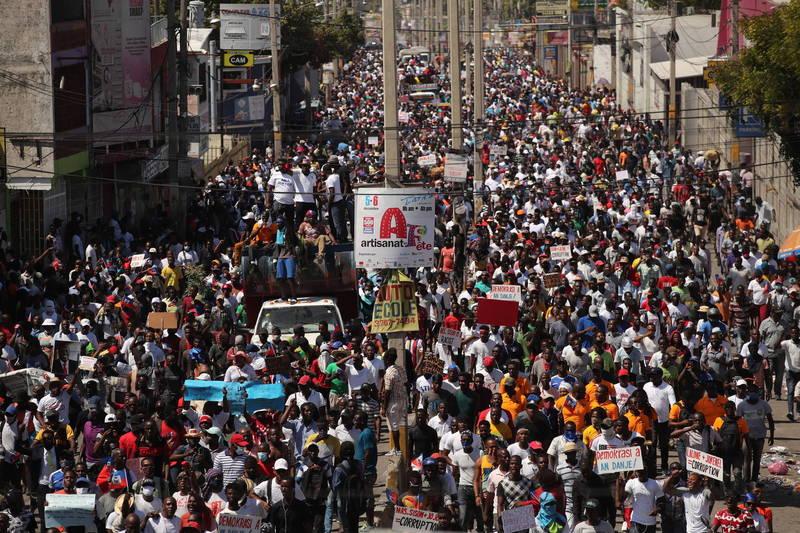 海地成千上萬民眾14日走上首都太子港的街頭,怒控總統摩依士獨裁。(歐新社)