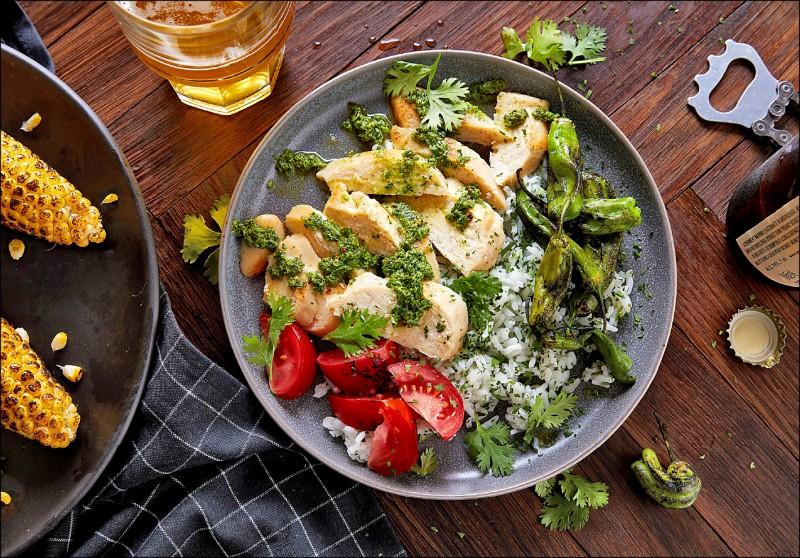 人造鸡肉被调理为炖饭料理,外观几乎与真正的鸡肉无异。(路透)(photo:LTN)