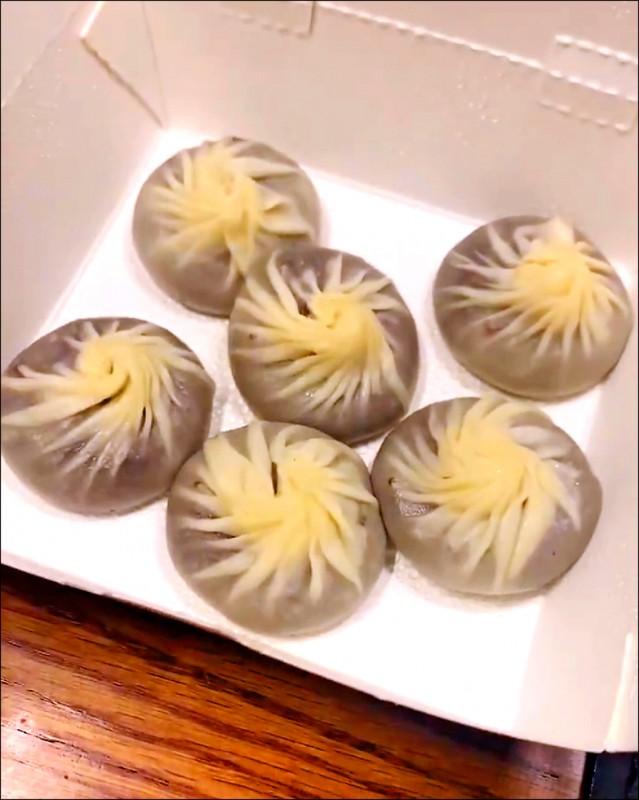 促成奈良美智來台辦展的總統蔡英文,特別挑選幾樣台灣小吃及親筆簽名歡迎信送給奈良。(圖:取自奈良美智推特)