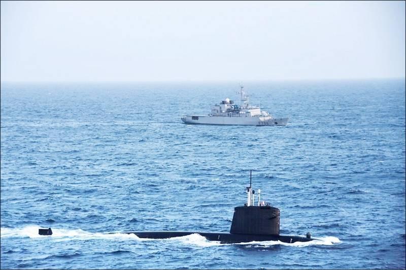 法國核動力攻擊潛艦「翡翠號」與支援艦「塞納號」在南海巡弋。(取自法國國防部長帕利推特)