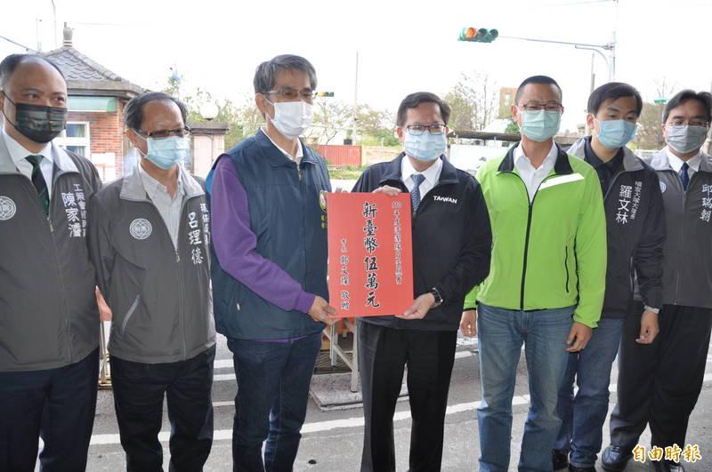 桃園市長鄭文燦(右4)頒贈加菜金給環境清潔稽查大隊八德區中隊。(記者周敏鴻攝)