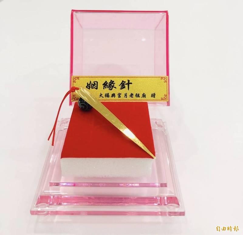 嘉市「崎頂大福興宮」提供「月老姻緣針」免費擲筊,幫助有意脫單男女找到好姻緣。(記者丁偉杰攝)