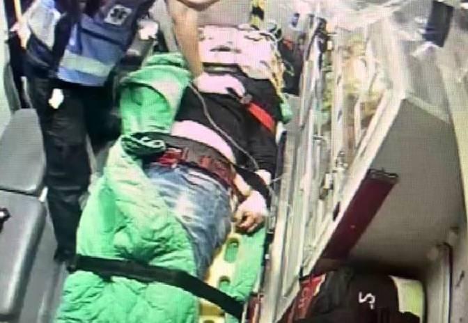 救護人員搶救遭追殺重創的王姓男子。(圖:民眾提供)