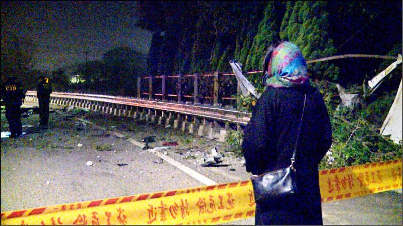 BMW車撞護欄,車體散落地面,家屬在封鎖線外目睹慘況泣不成聲。(民眾提供)